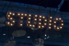 Retro studio znak pisać z wolfram lampami zdjęcia royalty free