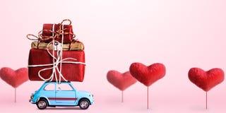 Retro stuk speelgoed auto met Valentine-hart Royalty-vrije Stock Fotografie
