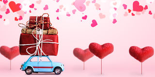 Retro stuk speelgoed auto met Valentine-hart Royalty-vrije Stock Foto's
