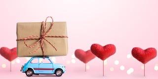 Retro stuk speelgoed auto met Valentine-hart Stock Fotografie