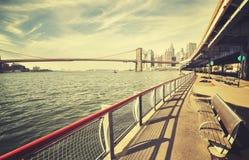 Retro stylizowany hudsonu bank z ławką i mostem brooklyńskim Obraz Royalty Free
