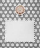 Retro stylowa albumowa strona z pustą fotografii i kwiatu dekoracją na rocznik kropkującej deseniowej tkaninie Obrazy Stock