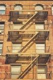 Retro stylowa fotografia budynek z pożarniczej ucieczki drabinami, NYC Zdjęcie Royalty Free