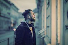Retro stylowa fotografia modnisia mężczyzna sprawdza witrynę sklepową fotografia stock