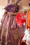 Retro stylowa królewska średniowieczna piłka - Majestatyczny pałac z wspaniałymi ludźmi ubierał w królewiątku i królowa zdjęcie royalty free