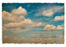 Retro stylowa pocztówka z chmurnym niebieskiego nieba tłem Obrazy Royalty Free