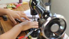 Retro stylowa ręczna szwalna maszyna zbiory wideo