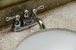 Retro stylowy chromu Faucet i stary zlew w łazience Zdjęcie Stock