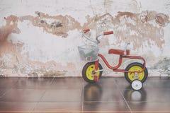 Retro Stylowy dziecko trójkołowiec w dzieciniec szkole, Dobrzy Starzy wspominki od dzieciństwa zdjęcie royalty free