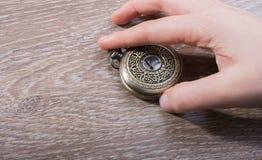 Retro stylowy kieszeniowy zegarek w ręce zdjęcie stock