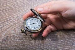 Retro stylowy kieszeniowy zegarek w ręce zdjęcia stock