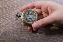 Retro stylowy kieszeniowy zegarek w ręce obrazy royalty free