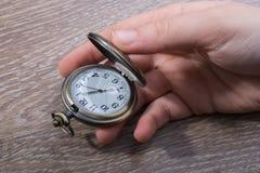Retro stylowy kieszeniowy zegarek w ręce zdjęcia royalty free
