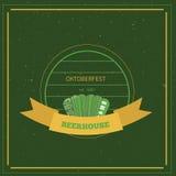 Retro stylowy oktoberfest plakat na zielonym tle Piwny festiwalu wektor Illustration Obrazy Stock