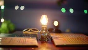 Retro stylowy rocznik kawiarni stół z menu, palenia nafcianą lampą na i pięknym bokeh i zaświeca na zbiory wideo