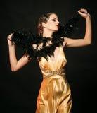 Retro stylowy spojrzenie, przyczepia up Przyczepia w górę ładnej moda modela pozy na czarnym tle Zdjęcie Stock