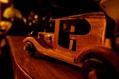 Retro stylowy stary drewniany zabawkarski samochód obrazy stock