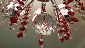 Retro stylowy szklany krystaliczny świecznik wieszał od sufitu Odbijająca powierzchnia kryształowej kuli zbliżenie Czerwona przej obrazy royalty free