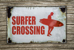 Retro- Surfer-Überfahrt-Zeichen auf hölzernem Hintergrund Lizenzfreies Stockfoto
