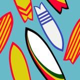 Retro surfingbrädor sömlös modell, sommar, strand, modell för repetition för havbränningbakgrund för textildesign, tygtryck eller vektor illustrationer