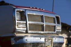 Retro- 4x4 SUV Ford mit klaren blauer Himmel- und Lichtreflexionen Stockbilder