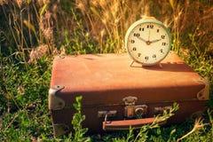 Retro sveglia d'annata blu su un vecchio cuoio marrone classico s Fotografia Stock Libera da Diritti