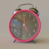 Retro sveglia rosa in un ambiente bianco semplice dello studio Fotografia Stock