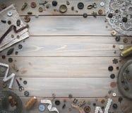 Retro sy tillbehör och tillbehör för handarbete Rullar av tråden, ben, knappar, band på vita bräden Kopieringsspase royaltyfri fotografi