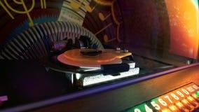 Retro szafy grającej turntable zbliżenie, mody partyjna rozrywka, muzyczny przyrząd zdjęcie royalty free