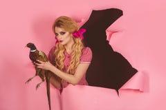 Retro szczęśliwy kobieta chwyta bażant Halloweenowi wakacje i lale kreatywnie pomysł Ptasia grypa Śmieszna reklama Szalona dziewc obrazy royalty free