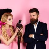 Retro szczęśliwy kobiety i mężczyzny chwyta bażant jarosz kreatywnie pomysł Ptasia grypa Śmieszna reklama Szalona para na menchia obraz stock