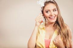 Retro szpilka w górę dziewczyny opowiada na telefonie komórkowym Obrazy Royalty Free