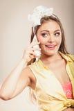 Retro szpilka w górę dziewczyny opowiada na telefonie komórkowym Fotografia Stock