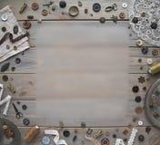 Retro szwalni akcesoria i akcesoria dla uszycia Rolki nić, szpilki, guziki, faborki na białych deskach zdjęcie royalty free