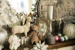 Retro tabell med spegeln, leksaker och stearinljus royaltyfri bild