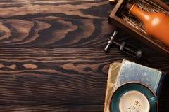 Retro- Tabelle mit Weinleseeinzelteilen Stockbild