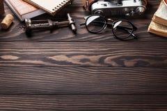 Retro- Tabelle mit Weinleseeinzelteilen Stockbilder