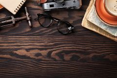 Retro- Tabelle mit Weinleseeinzelteilen Stockfotos