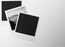 Retro tappning för stilleben tre kort för ögonblickfotoramar på vit bakgrund med ett foto av landskapet i svartvitt Royaltyfri Bild