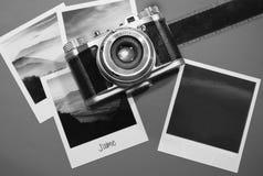 Retro tappning fyra kort för ögonblickfotoramar på grå bakgrund med bilder av naturen och mellanrumsfotoet med den gamla kamerafi Royaltyfria Foton