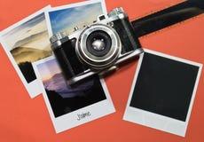 Retro tappning fyra kort för ögonblickfotoramar på röd bakgrund med bilder av naturen med `-aime för text j och den svarta fotora Royaltyfri Foto