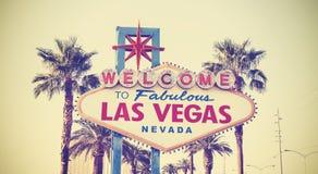 Retro tappning tonad välkomnande till det Las Vegas tecknet Arkivbild