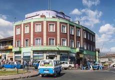 Retro tappningbyggnader i gata av Addis Ababa Etiopien Arkivfoto