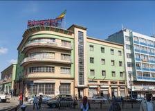Retro tappningbyggnader i gata av Addis Ababa Etiopien Royaltyfri Fotografi