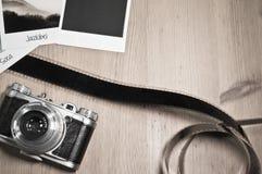Retro tappningfotografibegrepp av tre kort för ögonblickfotoramar på träbakgrund med den gamla kamera- och filmremsan Arkivbilder