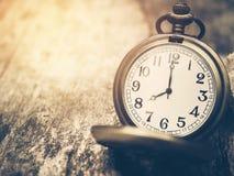 Retro- Taschenuhr mit antiker Zahl zeigt 8 Uhr auf hölzernem Hintergrund Lizenzfreie Stockbilder