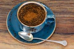 Retro- Tasse Kaffee auf Woody Dark Background Stockfotografie