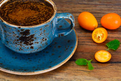 Retro- Tasse Kaffee auf Woody Dark Background lizenzfreie stockbilder