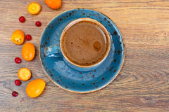 Retro- Tasse Kaffee auf Woody Dark Background Stockbild