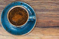 Retro- Tasse Kaffee auf Woody Dark Background Lizenzfreie Stockfotos
